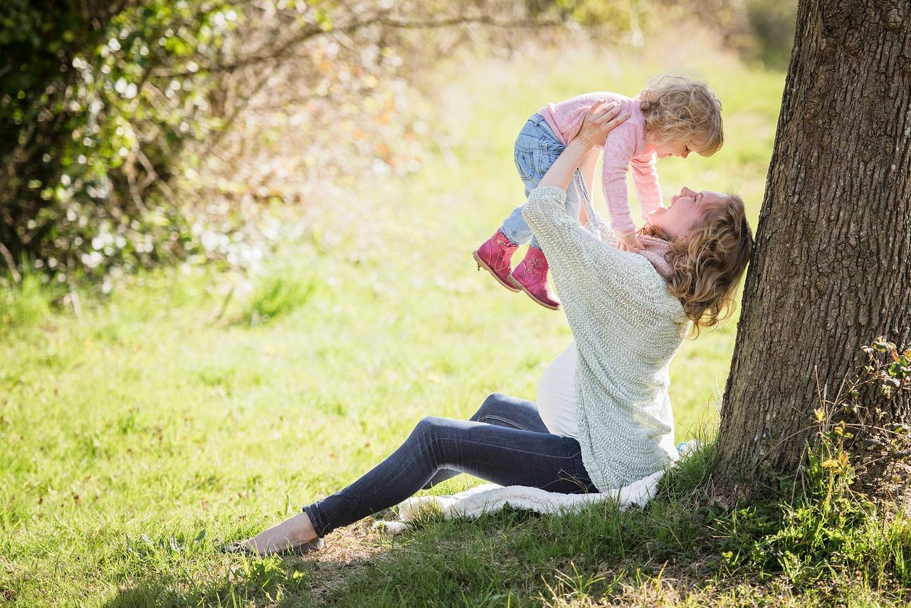 Наблюдение за жизнью взрослых и участие в ней ребенка от года до двух лет