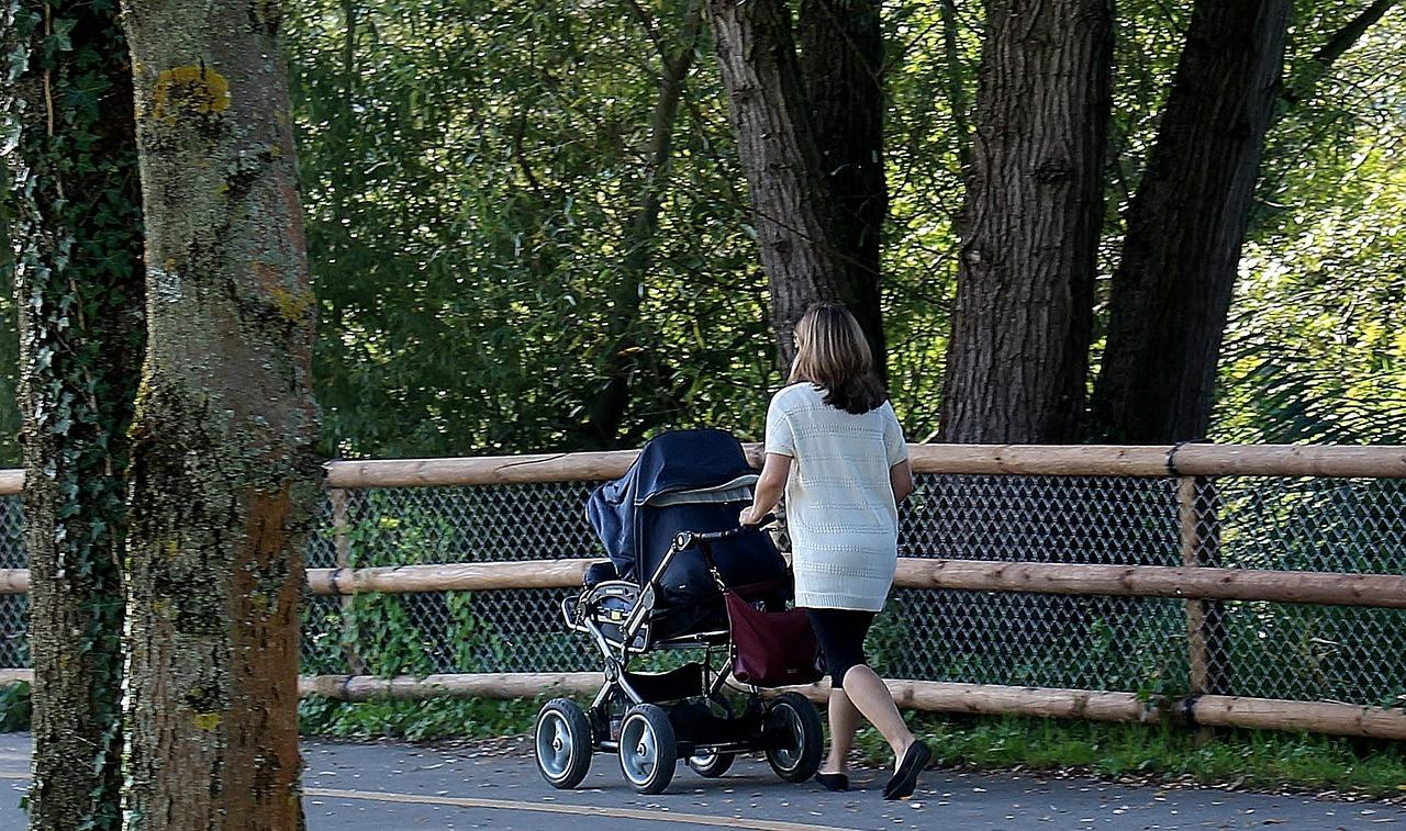 Как гулять с ребенком от года до двух лет