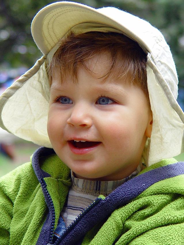 счастливый ребенок приучен к горшку