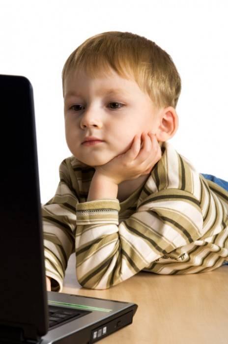 Ребенок учится работать за компьютером