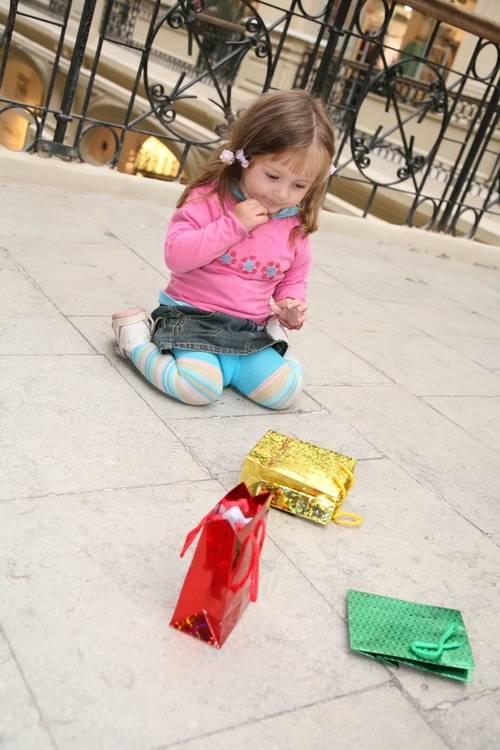 Девочка с покупками