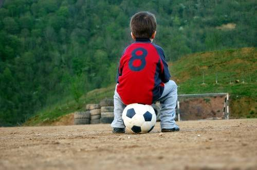 Ребенок на баскетбольном мяче