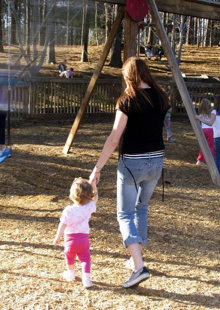 Ребенок с няней на прогулке