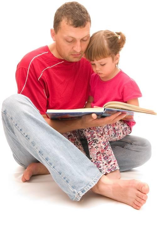 Папа читает книги с дочкой