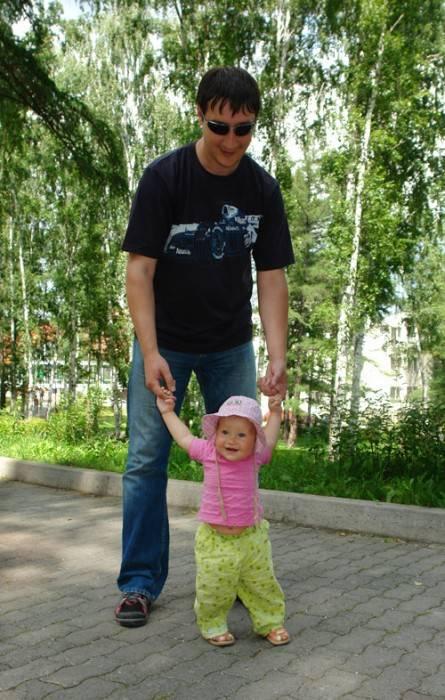 Папа учит дочку ходить