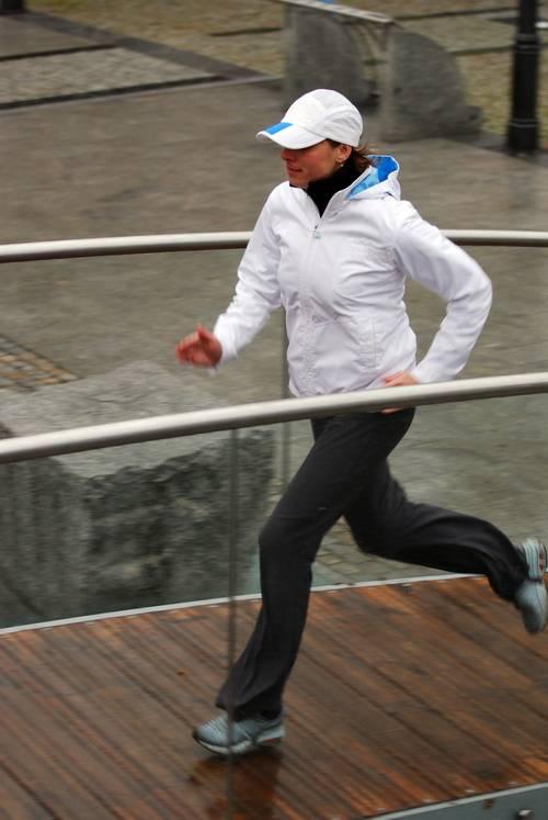 Девушка спортсменка бегает
