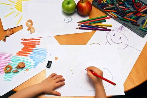 Ребенок рисует в детском саду