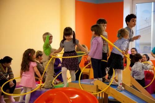 Дети крутят обруч в детском центре