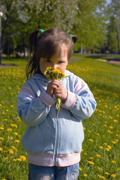 Девочка нюхает цветы