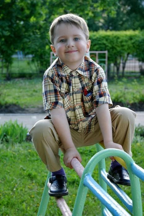 Мальчик на качелях