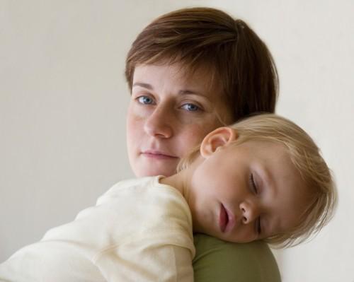 Мать и ребенок спят